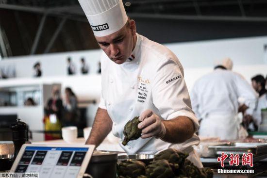 图为参加烹饪大赛欧洲赛区的各国顶级厨师正在准备自己的参赛作品。博古斯世界烹饪大赛于1987年由世界厨艺泰斗保罗・博古斯创办。每两年,世界各地才华横溢的厨师于1月底齐聚里昂。