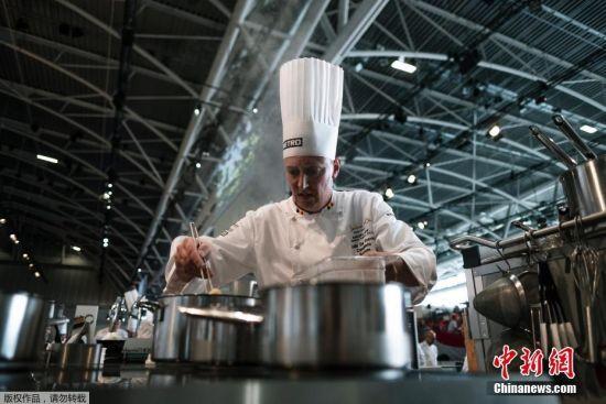 """经过多年来的发展,这一盛会已被誉为""""烹饪界的奥林匹克""""。据悉,欧洲区赛前12名的国家代表队将进入最终在法国里昂举行的决赛。"""