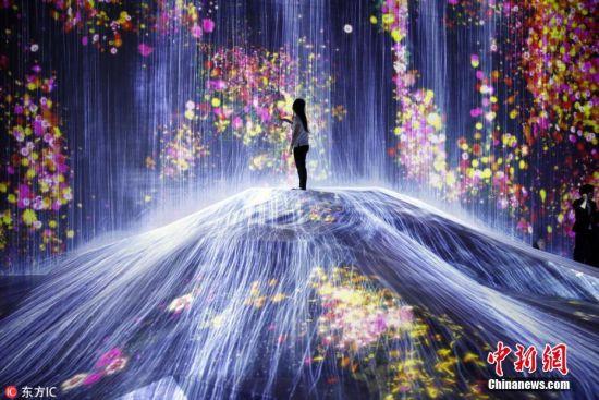 """当地时间6月11日,日本东京,由日本多媒体艺术团体teamLab打造的数码艺术博物馆""""teamLab Borderless""""将于本月21日正式开幕。该博物馆坐落在东京台场,拥有1万平方米的迷宫式超大展览空间,将展出约50件随访客动作而变化的数码艺术装置,透过高科技展现光影交错的空间,让访客沉浸在绚烂的梦幻世界中。图片来源:东方IC 版权作品 请勿转载"""