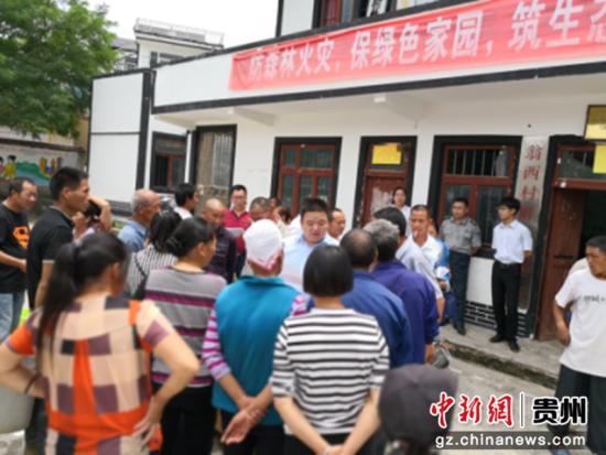 邮储银行施秉县支行向贫困户发放鱼苗促脱贫.