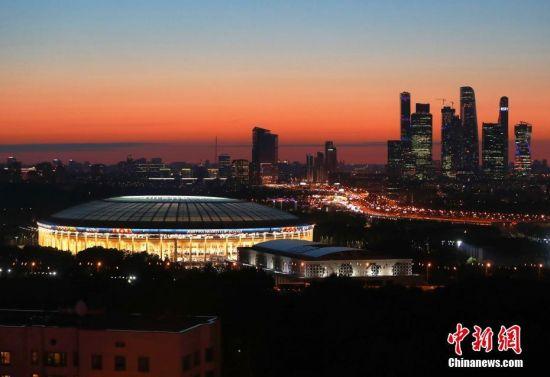 当地时间6月13日傍晚,莫斯科卢日尼基体育场在夕阳下显得静美庄严,2018年俄罗斯世界杯足球赛将在这里开幕。 中新社记者 富田 摄
