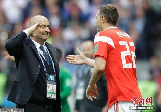当地时间6月14日,俄罗斯队在世界杯揭幕战上以一场5-0的大胜迎来开门红。第70分钟替补登场的久巴,攻入了全场比赛的第三粒进球。这个曾经与球队主帅闹翻险被排除在世界杯名单之外的俄罗斯国脚,仅仅登场89秒便成功实现自我救赎,他的完美表现最终也赢得了主教练敬礼致意。