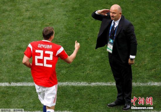久巴登场后便取得进球,他狂奔向场边庆祝,此时俄罗斯队主教练切尔切索夫举起右手,向久巴敬礼。这一暖心动作也化解了二人此前的矛盾,展现了足球的动人之处。