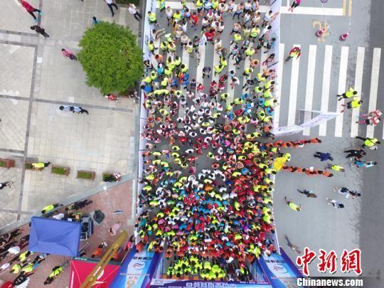 2018贵州・长顺国际山地马拉松赛比赛现场。王珩�B摄