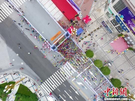 2018贵州・长顺国际山地马拉松赛比赛现场。王珩�B 摄