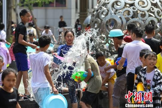 图为平塘县民众在泼水狂欢迎接端午节到来。 瞿宏伦 摄