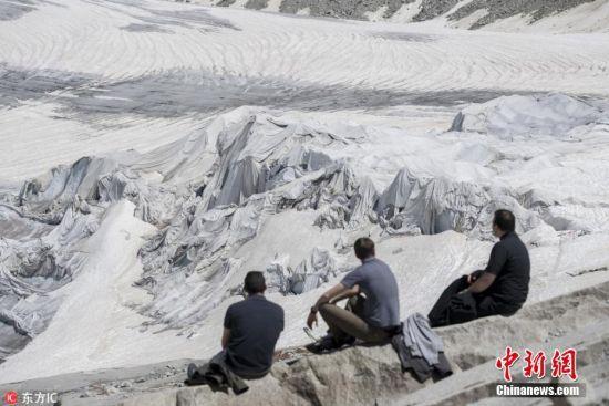 这种新奇的保护方式也让游客以全新的角度欣赏隆河冰川。图片来源:东方IC 版权作品 请勿转载