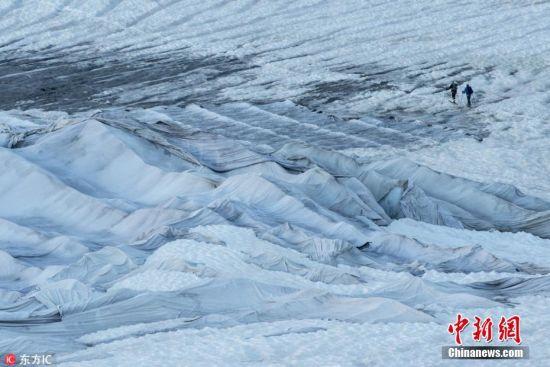科学家们还在冰川内部凿出隧道,以供游人穿行,深入接触数千年未被开发的远古冰层。图片来源:东方IC 版权作品 请勿转载