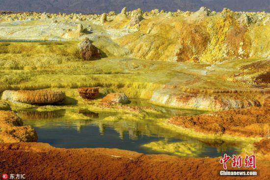 6月19日报道(具体拍摄时间不详),以色列摄影师Neta Dekel去到东非达纳基尔沙漠深处,拍摄了一组位于尔塔阿雷火山附近的硫磺池照片。照片中,明黄色的硫磺池形成地球上一抹独特的美景。摄影师Neta Dekel都不禁惊叹这是他见过的最奇特风景之一。图片来源:东方IC 版权作品 请勿转载