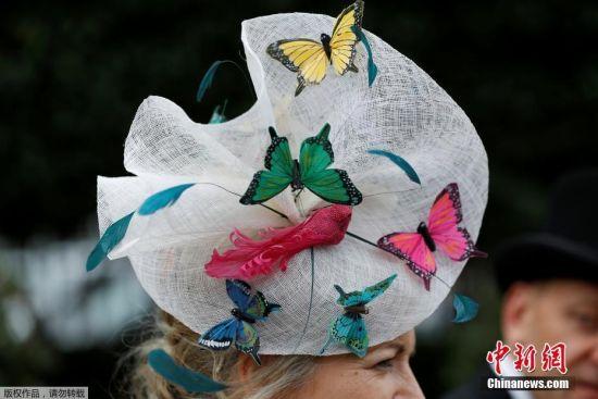当地时间2018年6月19日,英国阿斯科特皇家赛马会首日,女嘉宾戴造型各异的帽子出席赛马会成独特一道风景。