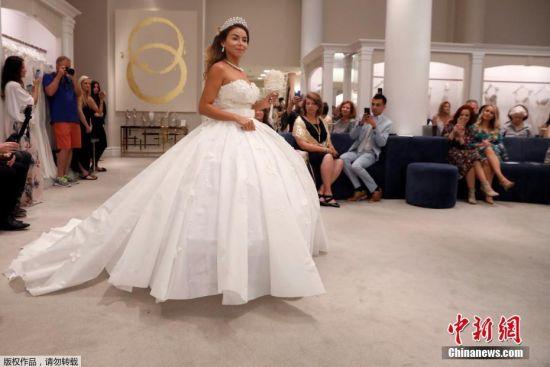 """当地时间2018年6月20日,美国纽约曼哈顿,第十四届""""厕纸婚纱""""大赛上模特在展示她的婚纱。"""