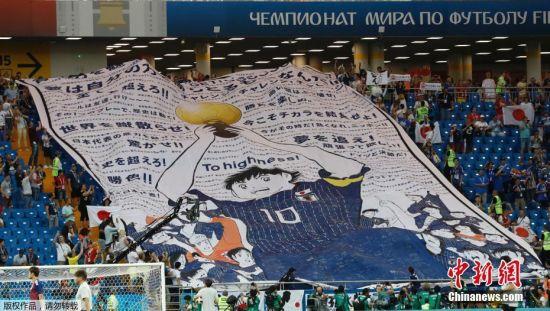 在球迷圈里,这样的覆盖看台的大型海报或图案被称为TIFO,它最早诞生与意大利,在重要的比赛中,看台上的TIFO经常会为球员们带来巨大的鼓舞,给对手以压力。
