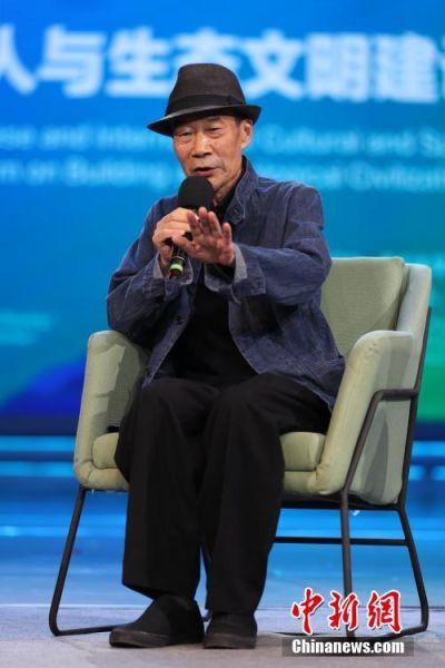 """7月6日晚,演员李雪健在生态文明贵阳国际论坛2018年会――中外文化体育名人与生态文明建设讲演会主题访谈中说,中国天眼为什么选址在贵州,因为贵州天空非常干净。""""我想演南仁东,我觉得我有点像他。"""" 中新社记者 贺俊怡 摄"""