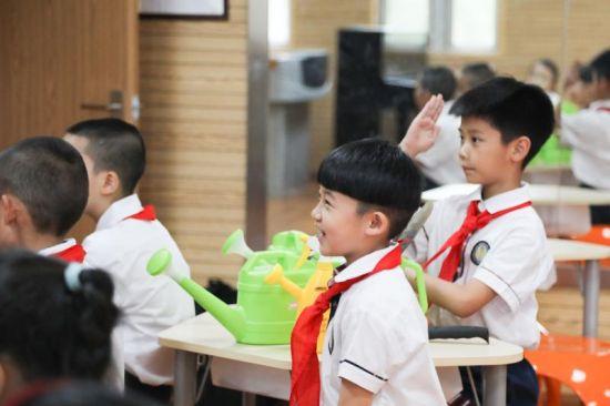 图说:将绿色环保概念植入课堂,大力推行绿色校园建设