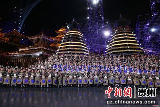 2018年2月15日,在贵州省黔东南苗族侗族自治州黎平县肇兴侗寨春晚黔东南分会场,少数民族演员在参加侗族大歌演唱。 杨代富 摄