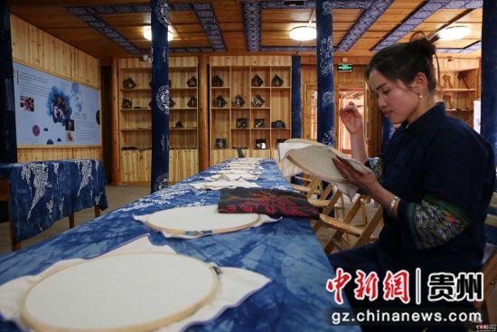 侗族绣娘在贵州省黎平县侗品源侗族织染香绣体验馆刺绣。杨代富 摄