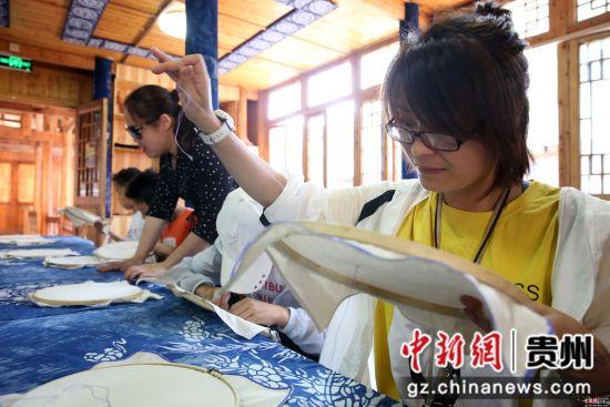 4月18日,游客在贵州省黎平县侗品源侗族织染香绣体验馆体验刺绣。 杨代富 摄