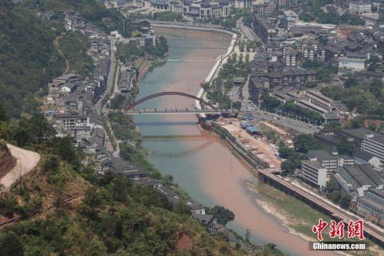 7月23日,坐落在长江经济带上游赤水河畔的茅台镇是赤水河良好生态环境的受益者。近年来,茅台多方坚持生态环境优先、绿色发展,积极融入和推动长江经济带建设,形成了特有的生态治理与绿色发展经验。其中在生态产业链的生产和后续环节,茅台集团率先进入了国家水系统防污染管理网、投资4.68亿元修建污水处理厂五座,2017年全年共处理达标排放污水200多万吨,处理达标率100%……实施的相关举措降低了能源消耗,缩减了对环境的影响,让赤水河水更绿、天更蓝。瞿宏伦 摄