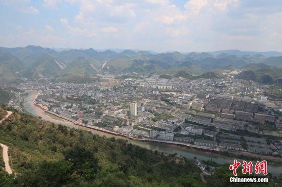 俯瞰贵州省仁怀市茅台镇。瞿宏伦 摄