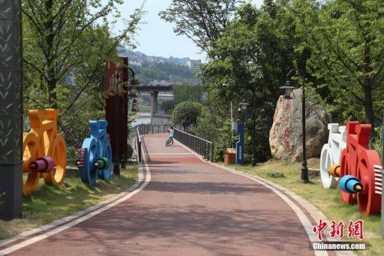 7月23日,贵州省仁怀市茅台镇境内的自行车道.