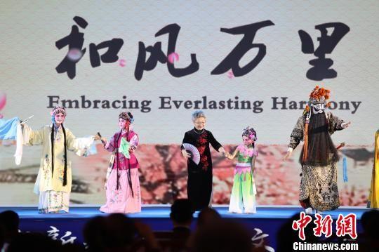 第十一届中国―东盟教育交流周26日在贵安新区开幕。开幕式前,中国与东盟学生带来精彩的文艺展演。 瞿宏伦 摄