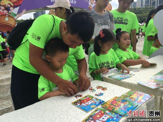 现场的小朋友参加嘉年华绘画活动。