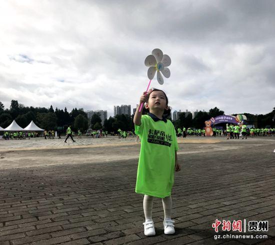 本次家庭马拉松共有800多个家庭、3000多名市民参与。