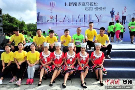 今天的马拉松比赛现场不仅有运动风,还有民族风。