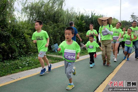 参与跑步的小朋友。
