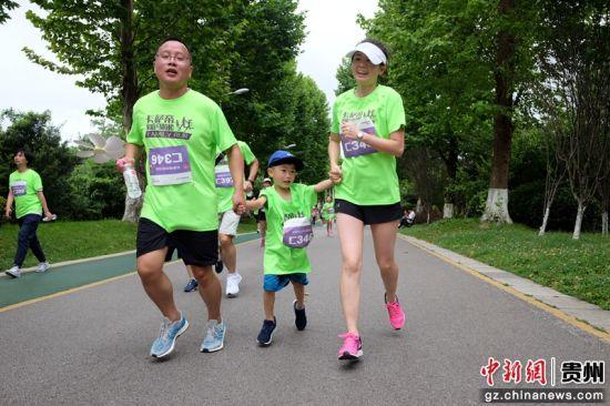 图为参与跑步活动的家庭。