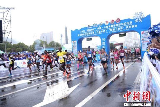 2018六盘水夏季国际马拉松赛现场图。 黄庆松 摄