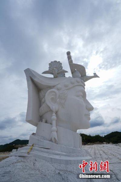 7月31日,奢香夫人头像。奢香夫人的形象是根据贵州宣慰府描绘的奢香夫人通用形象塑造,整座雕塑高49米,工期为三年。头像石雕位于贵州省大方县百纳乡新华村,由大理石雕刻而成,目前已基本完成高达12米的头部雕刻。 中新社记者 贺俊怡 摄