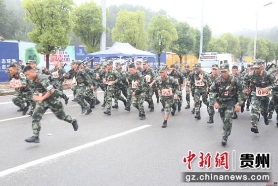 五公里武装越野 何怡东摄
