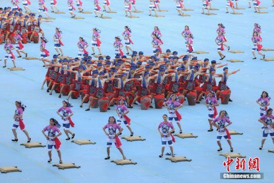 8月8日,贵州省第十届运动会在贵州省遵义市奥体中心体育场开幕。据悉,贵州省第十届运动会,竞技体育组设置20个大项377个小项,群众体育组设置31个大项168个小项,是贵州历届省运会规格最高、规模最大的一届综合性体育盛会。图为开幕式文艺展演节目《传世佳酿》。 中新社记者 瞿宏伦 摄