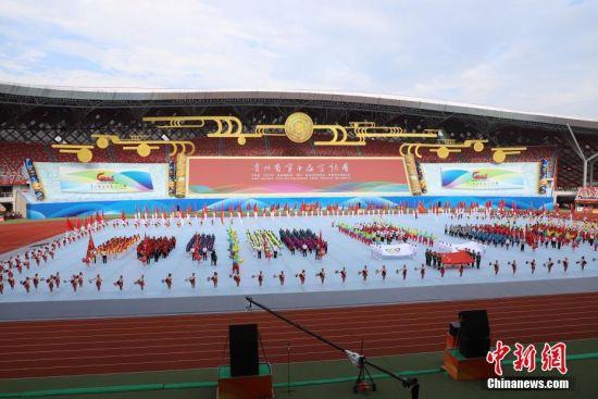 8月8日,贵州省第十届运动会在贵州省遵义市奥体中心体育场开幕。据悉,贵州省第十届运动会,竞技体育组设置20个大项377个小项,群众体育组设置31个大项168个小项,是贵州历届省运会规格最高、规模最大的一届综合性体育盛会。 中新社记者 瞿宏伦 摄
