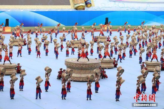 8月8日,贵州省第十届运动会在贵州省遵义市奥体中心体育场开幕。据悉,贵州省第十届运动会,竞技体育组设置20个大项377个小项,群众体育组设置31个大项168个小项,是贵州历届省运会规格最高、规模最大的一届综合性体育盛会。图为开幕式文艺展演节目《鼓乐迎宾》。 中新社记者 瞿宏伦 摄