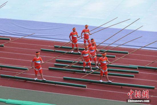 8月8日,贵州省第十届运动会在贵州省遵义市奥体中心体育场开幕。据悉,贵州省第十届运动会,竞技体育组设置20个大项377个小项,群众体育组设置31个大项168个小项,是贵州历届省运会规格最高、规模最大的一届综合性体育盛会。图为开幕式文艺展演节目中的电子独竹漂表演。 中新社记者 瞿宏伦 摄