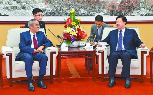 中国石油集团董事长王宜林与尼日尔总理拉菲尼举行会谈。常正乐 摄