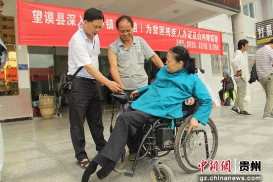 2018年8月27日,贵州省望谟县残联理事长邓瑜(左一)在检查残疾辅助器具使用情况