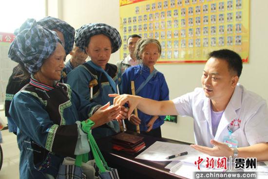 2018年8月27日,贵州省望谟县人民医院主治医师刘斌在为疑似残疾的建档立卡贫困人员进行残疾鉴定