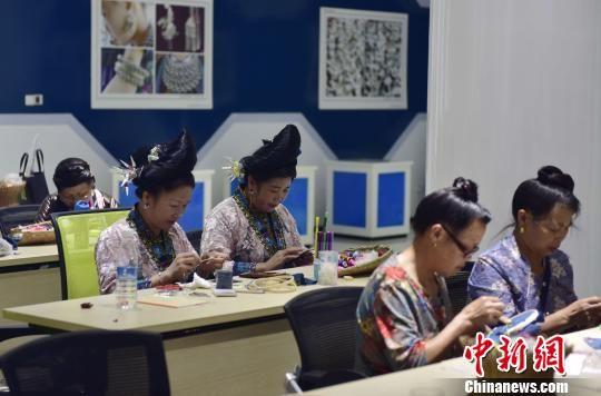 8月28日,在贵州省从江县丙妹镇銮里风情园大数据中心,妇女在参加刺绣培训。 吴德军 摄