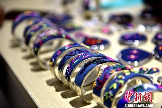 8月28日,在贵州省从江县丙妹镇銮里风情园大数据中心内,妇女们的刺绣成品展示。 吴德军 摄