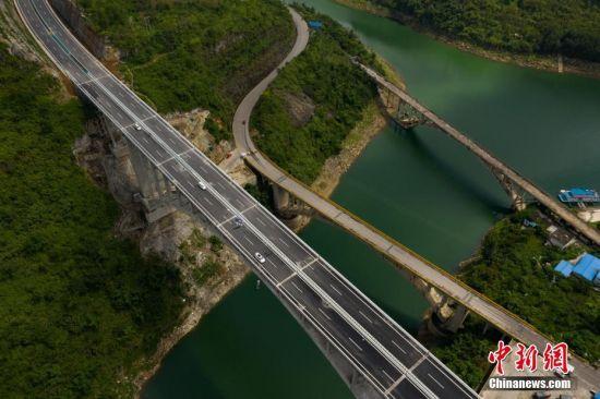 8月31日,航拍建成通车的贵州织金至普定高速公路夜郎湖特大桥。当日,贵州赤水至望谟高速公路织金至普定段(织普高速公路)控制性工程――夜郎湖特大桥建成通车。该桥于2016年5月开始施工,全长391.4米,拱圈净跨径210米。中新社记者 贺俊怡 摄
