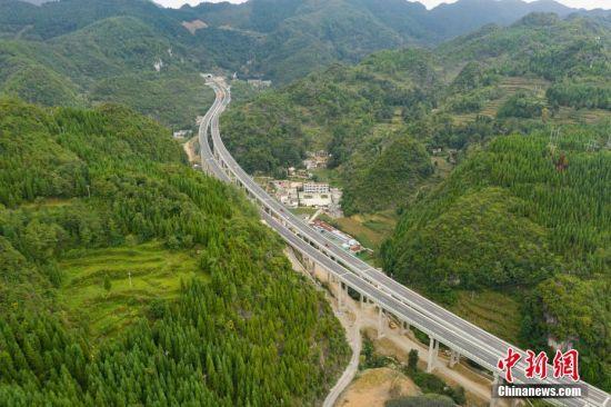 """8月31日,航拍建成通车的贵州织金至普定高速公路。当日,贵州赤水至望谟高速公路织金至普定段(织普高速公路)正式通车。贵州赤水至望谟高速公路织金至普定段是贵州省""""6横7纵8联""""高速公路网重点项目之一,路线全长约52.412公里,桥隧比近50%,通车后大幅提高了通行效率。中新社记者 贺俊怡 摄"""