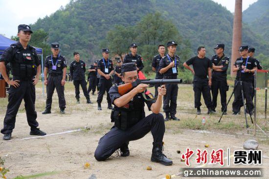 参赛队员采用跪姿进行防暴枪射击。