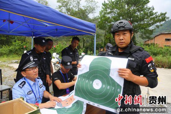 特警队员展示50环射击靶纸。