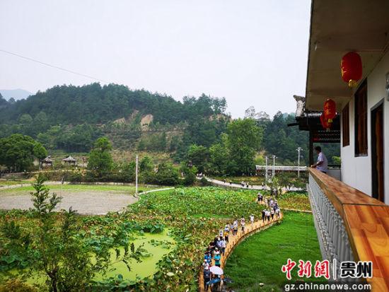 """开阳县""""水东乡舍""""三变改革项目。赵万江 摄"""