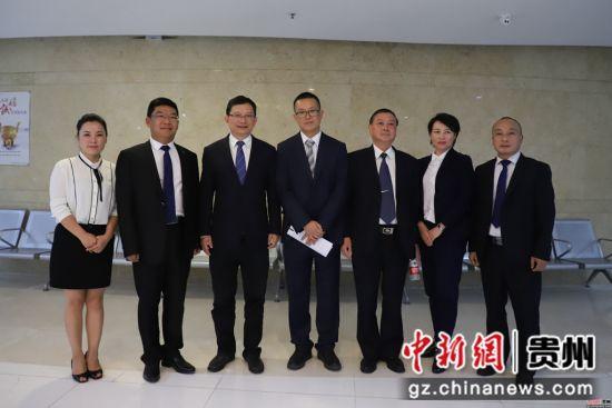 贵州省产业大招商工作领导小组办公室主任、省投资促进局局长马雷与分享成员合影。瞿宏伦 摄