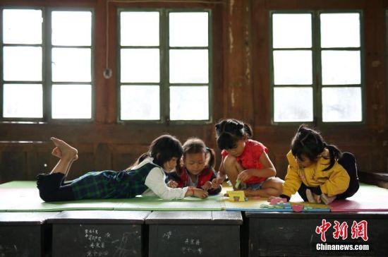 9月7日,贵州省丹寨县排调镇党干村教学点,一年级学生王芳英(左)在午休时和小伙伴们玩耍。 中新社发 黄晓海 摄