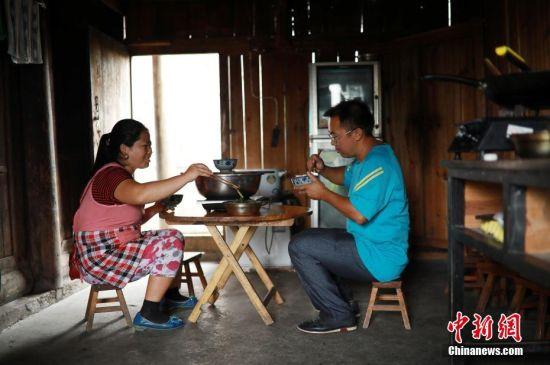 杨昌军和妻子李丽吃中午饭。 中新社发 黄晓海 摄